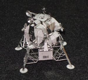Chce to jen trochu trpělivosti – a během několika hodin stojí na stole krásný lunární modul.