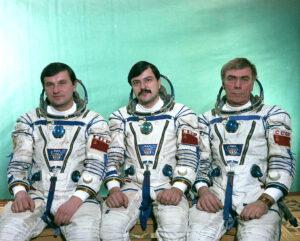 Posádka Sojuzu TM-4 (zleva: Titov, Manarov, Levčenko)