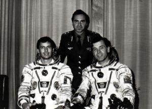 Záložní posádka EO-4 plus francouzský host (zleva: Tognini, Viktorenko, Serebrov)