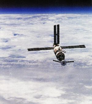 Pohled na Mir s modulem Kvant a připojeným Sojuzem TM