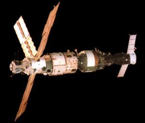 Mir s připojeným modulem Kvant a transportním Sojuzem TM