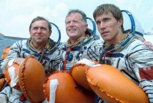 Posádka Sojuzu TM-7 (zleva: Volkov, Chrétien, Krikaljov)