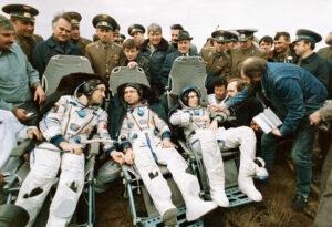 Poljakov, Volkov a Krikaljov po přistání
