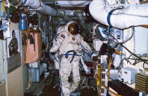 Manarov během příprav na výstup do prostoru