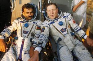 Šťastná posádka Sojuz TM-5 po přistání
