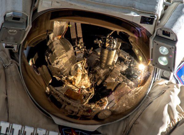Detailní pohled na hledí ruského kosmonauta při práci na Sojuzu MS-09