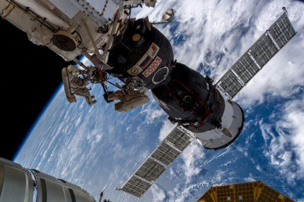 Ruští kosmonauti u lodě Sojuz MS-09