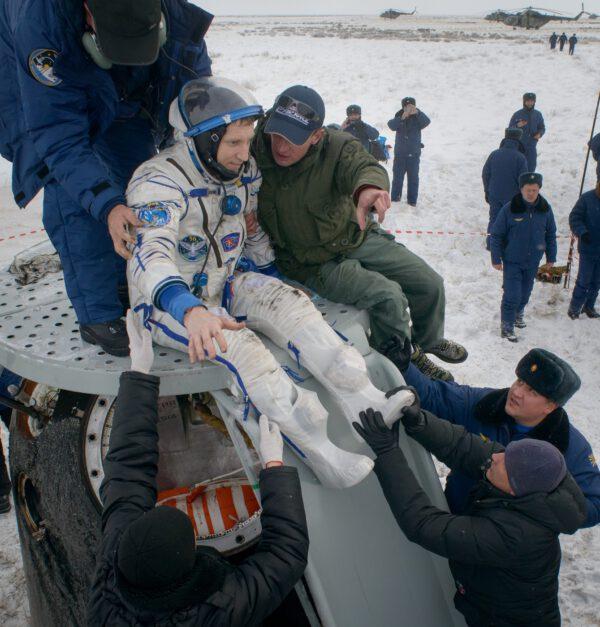 Vytahování posákdy z lodi. V případě, že Sojuz zůstane stát na spodku, používá se k přesunu posádky na povrch skluzavka