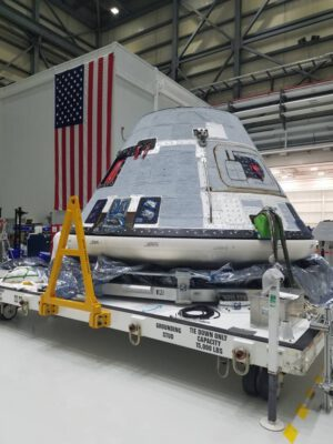 Návratová kabina lodi Starliner pro pilotovanou testovací misi CFT před environmentálními zkouškami.