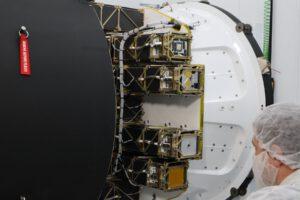 Cubesaty pro misi ELaNa-19 pod aerodynamickým krytem rakety Electron