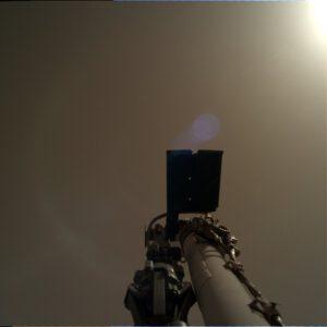 Kamera na robotickém rameni vyfotila oblohu.