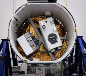 Nehermetizovaný nákladový prostor Dragonu pro misi SpaceX CRS-16 - vidíme zde přístroj GEDI a zařízení RRM3.