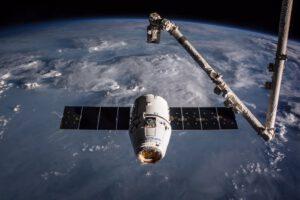 Dragon při misi CRS-10 před zachycením robotickou paží. Tato loď letěla i na misi CRS-16 a nyní ji čeká CRS-20.