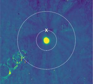 Stovky snímku pomohly vytvořit tuto grafiku. Čárkované kružnice značí možnosti blízkého a vzdáleného průletu. Matné stopy mířící ke středu, jsou pozůstatky vzniklé po softwarovém odstranění hvězd. Nikde nejsou vidět žádné překážky, takže sonda míří na bližší průlet.