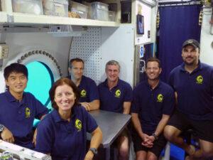 Členové expedice NEEMO-15. David Saint-Jacques sedí u okénka.