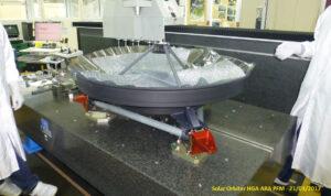 Výroba antény HGA pro sondu Solr Orbiter.