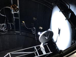 Červen 2017. V komoře Large Space Simulator je simulováno záření a teplo zhruba 12× intenzivnější než v okolí Země.