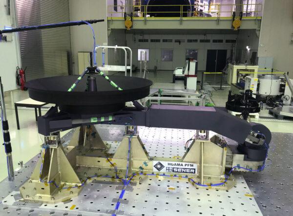 Zkouška konstrukce antény HGA pro sondu Solr Orbiter v technologickém středisku ESA.