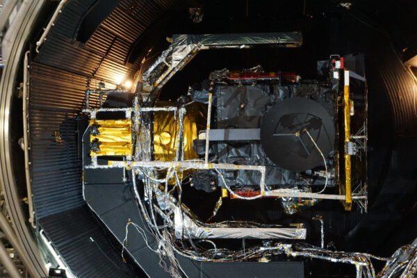 PFM sondy Solar Orbiter ve vakuové komoře pro teplotní zkoušky.