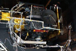 Snímek PFM sondy Solar Orbiter před uzavřením dveří vakuové komory.