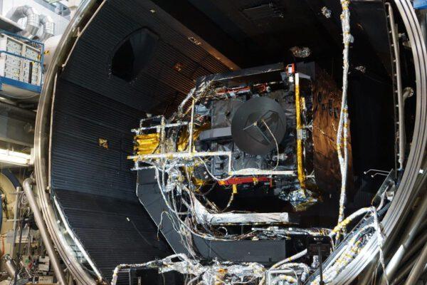 Vakuová komora s PFM sondy Solar Orbiter.