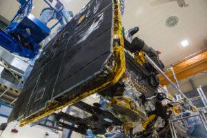 Sonda Solar Orbiter s připojeným tepelným štítem.
