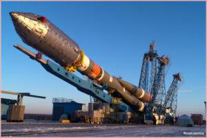 Vztyčování rakety Sojuz 2-1a na rampě kosmodromu Vostočnyj.