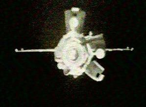 Sojuz TM-9 s odchlípnutými pláty obšívky