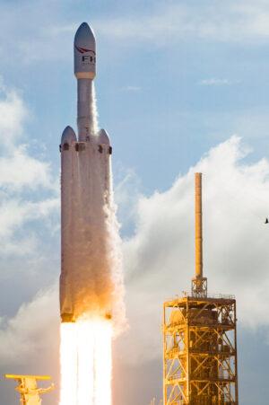 Premiérový start Falconu Heavy - nejsilnější rakety současnosti.