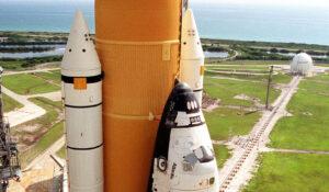 Raketoplán Atlantis mířil v roce 2001 na rampu 39B před misí STS-104. V pozadí vidíme zásobník kapalného vodíku.