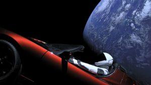 Naprosto nevídaný pohled - Tesla Roadster se Starmanem za volantem se vzdaluje od Země.