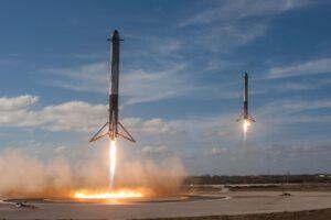 Technologické porno v podobě souběžného přistání dvou raketových stupňů.