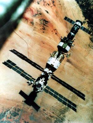 Dechberoucí pohled z křesla 21KS na Mir s připojeným Sojuzem TM-8 a Progressem M-2