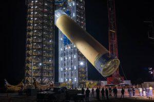 Vztyčování testovacího exempláře vodíkové nádrže na stanovišti 4693 Marshallova střediska.