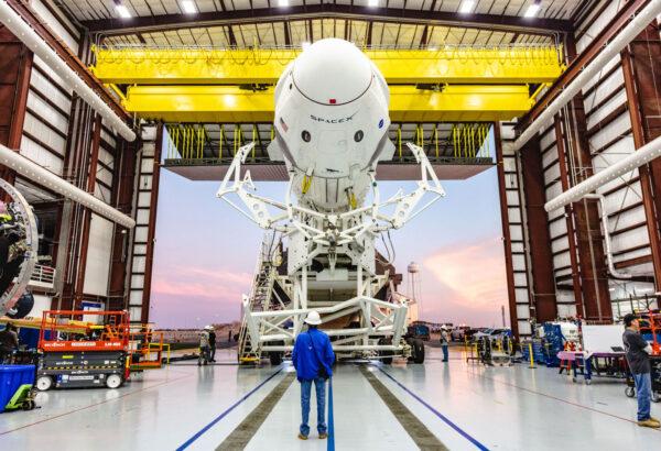 Historicky první vývoz Crew Dragonu na startovní rampu začíná.