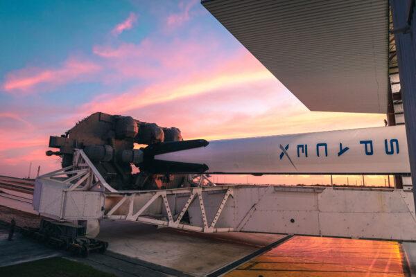 Spodní část transportéru TEL s připojenou raketou Falcon 9.