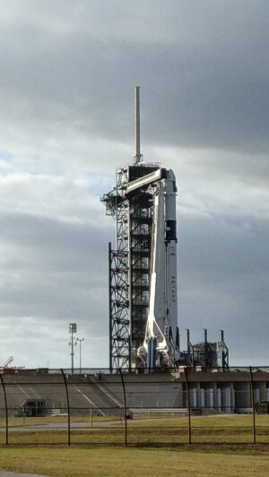 Falcon 9 s lodí Crew Dragon pro misi DM-1 během čekání na statický zážeh.