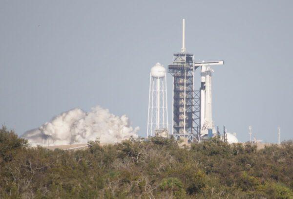 Statický zážeh Falconu 9 s Crew Dragonem