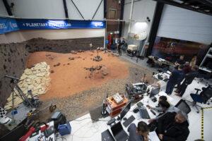 Zkušební rover ExoTeR v testovacím areálu Planetary Utilisation Testbed alias Mars Yard v Technologickém středisku Evropské kosmické agentury.