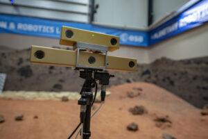 Detail kamer roveru ExoTeR na vyvýšeném stožáru.