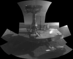 Portrét roveru Opportunity složený ze snímků pořízených kamerou na robotické paži v únoru 2018.