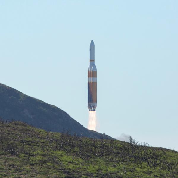 Delta IV Heavy stoupá nad kopec