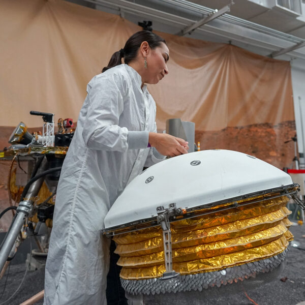 Práce v JPL s termálním a větrným štítem