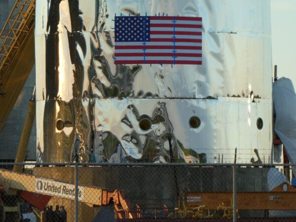 Prostřední sekci s americkou vlajkou a kruhovými otvory vyfotil Nomadd.