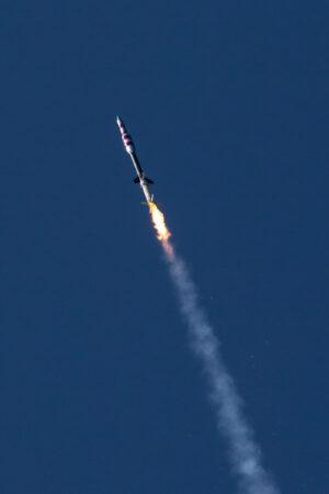 Dvoustupňová sondážní raketa Black Brant IX krátce po startu.