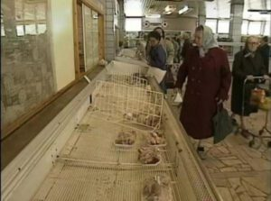 Běžný stav moskevských obchodů v roce 1990