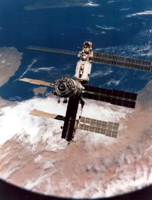Pohled na záď Miru z paluby Sojuzu TM-11