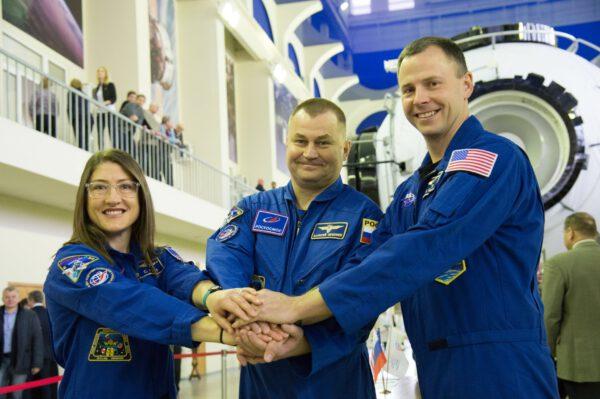 Christina Koch, Alexej Ovčinin a Nick Hague během předletové přípravy.