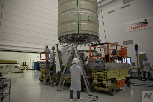 Příprava na integraci přetlakového a servisního modulu lodi Cygnus pro misi NG-11.