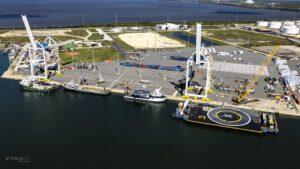 Flotila lodí SpaceX na východním pobřeží - Mr. Steven je druhý zleva.